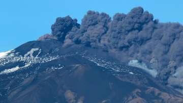 Етна продължава да бълва пепел и вулканични камъни
