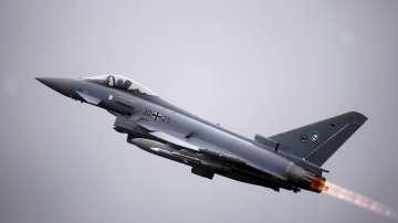 Един пилот загина при сблъсък на изтребители по време на учебен полет в Германия
