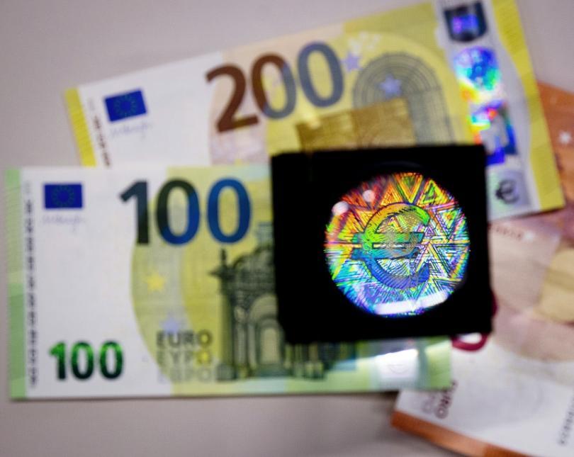 Новите банкноти от 100 и 200 евро влизат в обращение