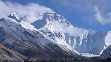 Събраха 11 тона бoклуци от връх Еверест