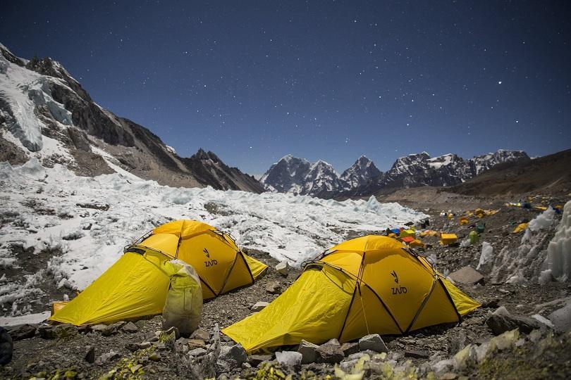 Палатковият град в подножието на връх Еверест е оживен, тъй