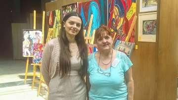 Майка и дъщеря художнички подредиха в София изложба за Париж