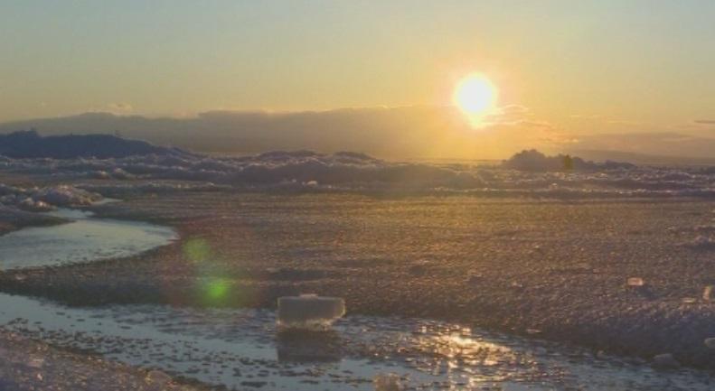 Танц на огромни парчета лед привлече вниманието в китайско езеро