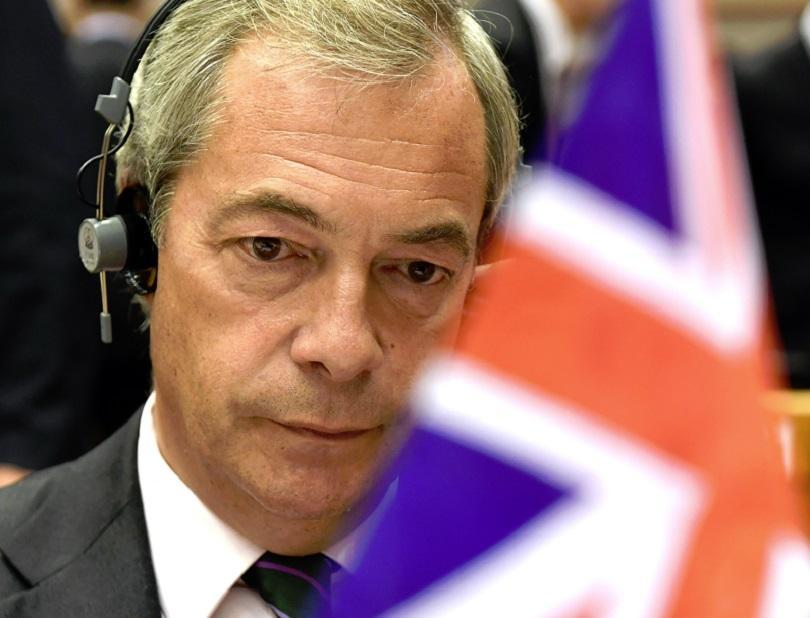 Депутатът от Великобритания и един от лидерите на кампанията за излизане от ЕС Найджъл Фараж в пленарната зала