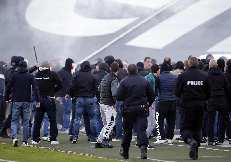 парламентът разгледа новия закон футболното хулиганство
