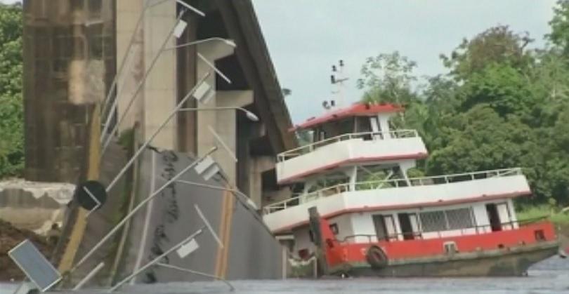 Мост рухна частично след удар на ферибот в Бразилия