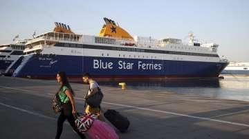 Стотици туристи все още са блокирани на две гръцки пристанища
