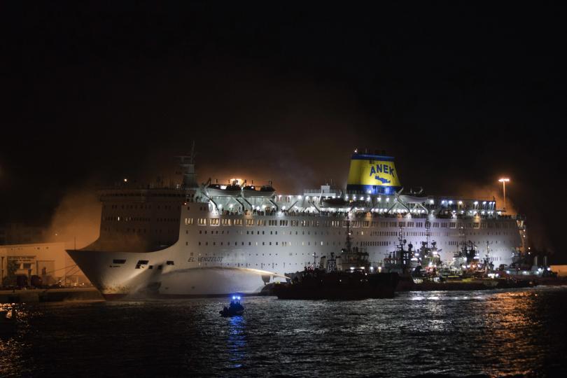 снимка 5 Пожар пламна на гръцки ферибот, няма данни за жертви и пострадали (СНИМКИ)