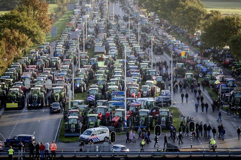 Хиляди фермери в Нидерландия изкараха тракторите си по магистралите в