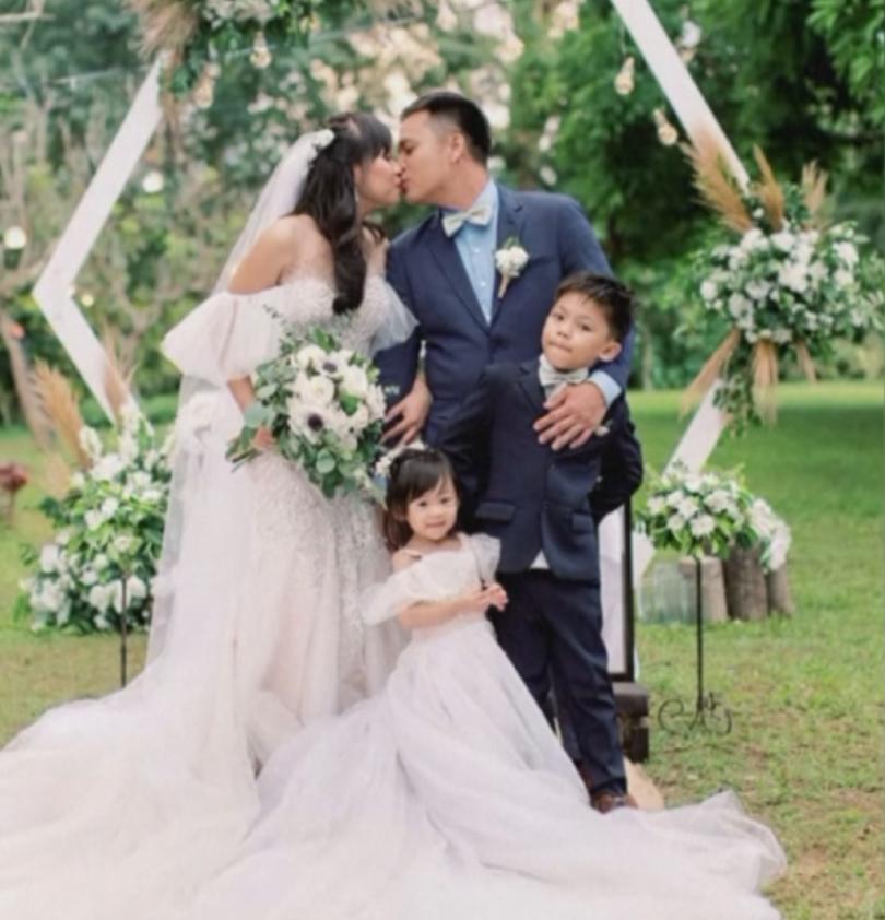 снимка 2 Младоженци сключиха брак близо до изригващия вулкан във Филипините