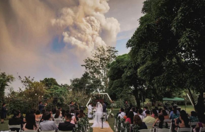 снимка 3 Младоженци сключиха брак близо до изригващия вулкан във Филипините