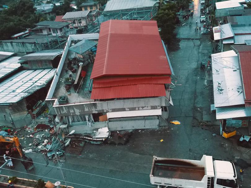 снимка 1 Четирима души, сред които и дете, са загинали при труса във Филипините (СНИМКИ)