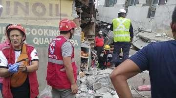 Четирима души, сред които и дете, са загинали при труса във Филипините (СНИМКИ)