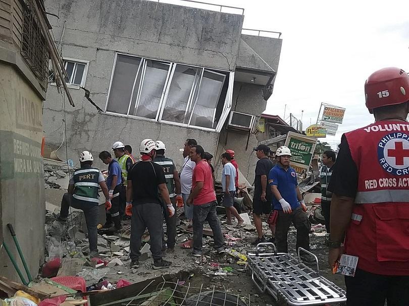 снимка 2 Четирима души, сред които и дете, са загинали при труса във Филипините (СНИМКИ)