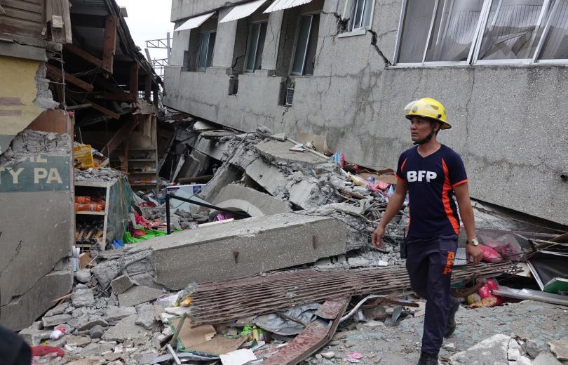 снимка 4 Четирима души, сред които и дете, са загинали при труса във Филипините (СНИМКИ)