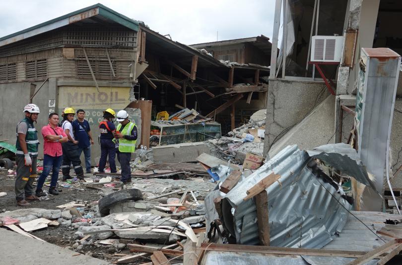 снимка 5 Четирима души, сред които и дете, са загинали при труса във Филипините (СНИМКИ)