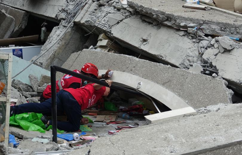 снимка 6 Четирима души, сред които и дете, са загинали при труса във Филипините (СНИМКИ)