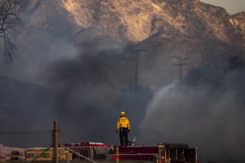 снимка 2 Евакуират близо 50 000 души заради пожарите в Калифорния