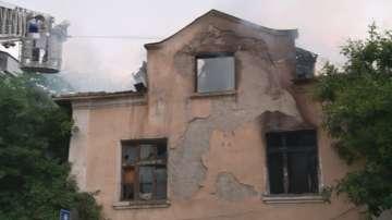 Пожар унищожи покрива на голяма двуетажна къща в центъра на Пловдив