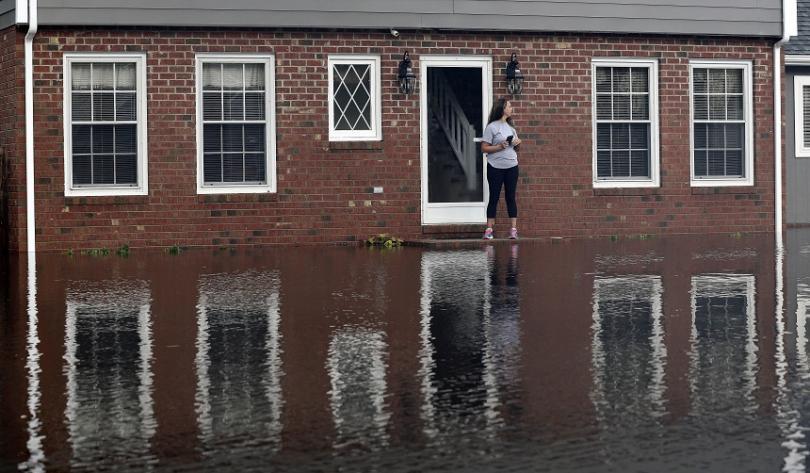 Жена стои до наводнения си дом в американския югоизточен щат Северна Каролина