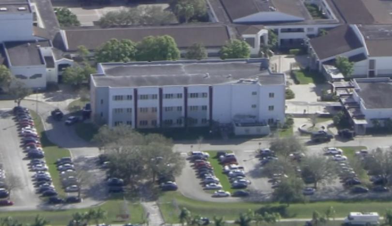 Неизвестен нападател откри огън в училище в Флорида. Съобщава се