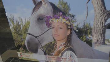 Показват красотата на българската жена в носия на фотоизложба в София