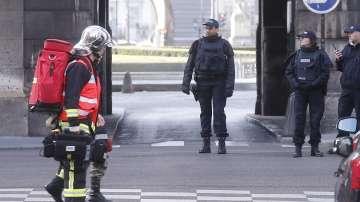 Стрелба пред Лувъра, районът е отцепен