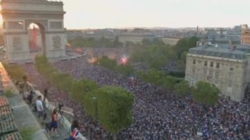 Франция празнува победата, Хърватия посреща футболистите си като герои