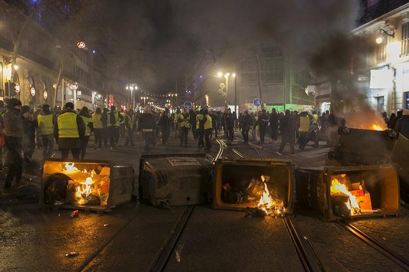 Полицията в Париж днес трябваше да следи за реда и