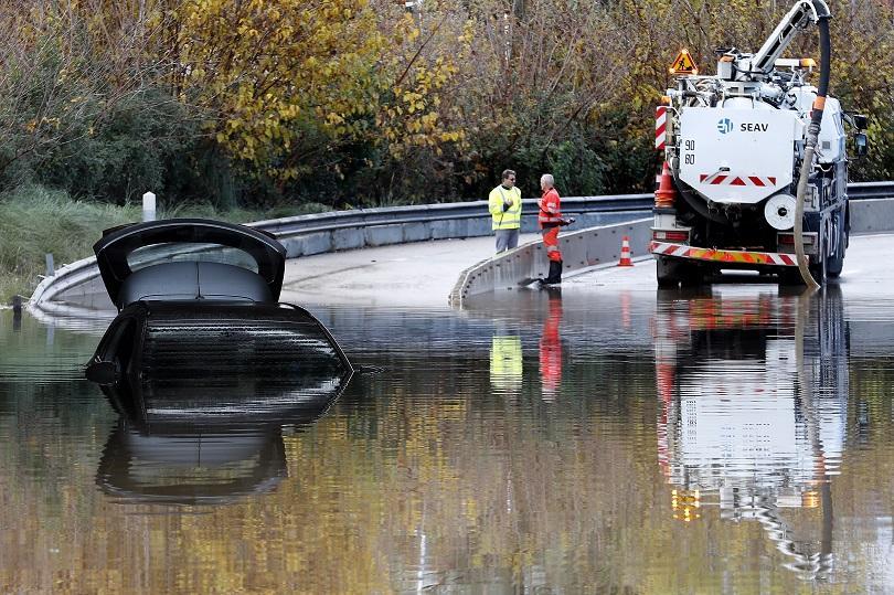 Лошото време във Франция взе жертва, хиляди домакинства останаха без ток