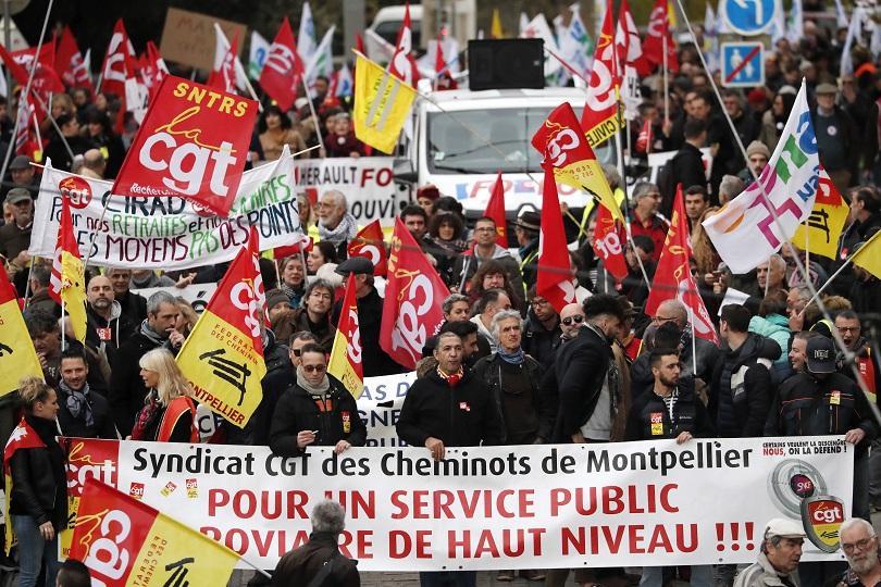 Във Франция 11-и ден продължават блокадите в транспорта заради стачката