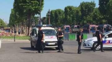 Кола се вряза в микробус на френската жандармерия на Шанз-Елизе в Париж