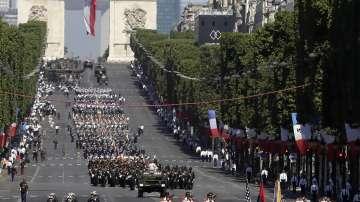 Грандиозен военен парад в Париж (СНИМКИ)