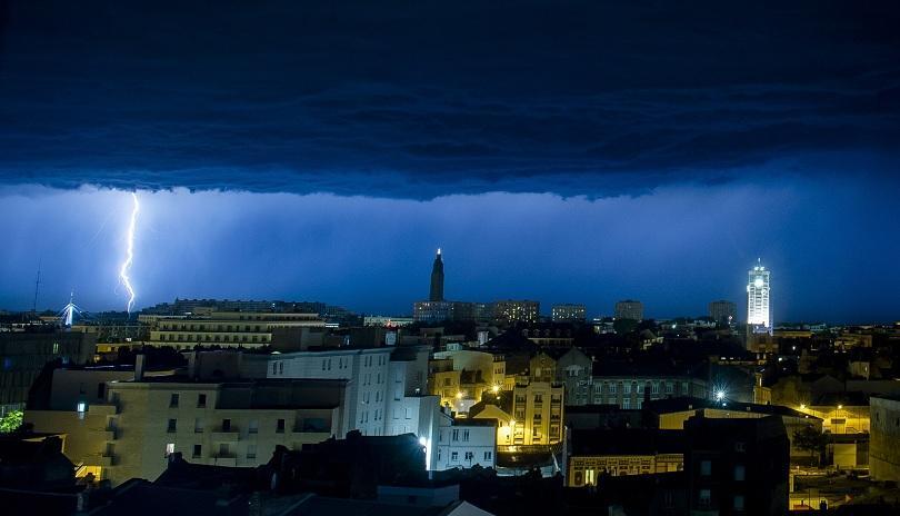 Силна буря остави 170 000 домакинства във Франция без ток,