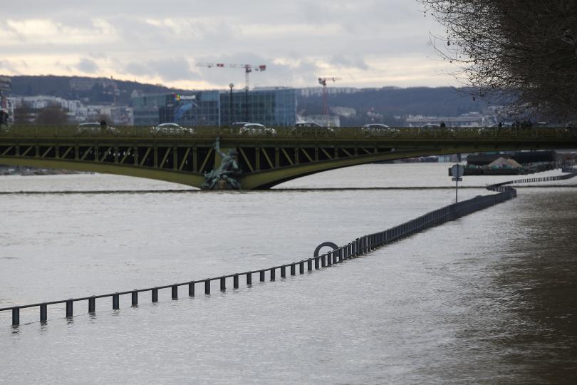 Реки във Франция продължиха да прииждат и вчера въпреки спирането
