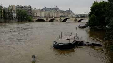 Протести и наводнения във Франция