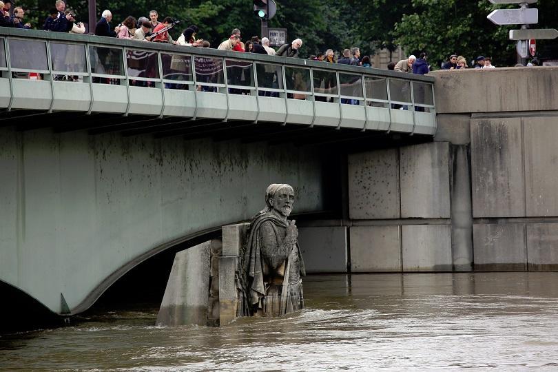 снимка 2 Жертви и ранени след наводненията във Франция, нивото на Сена спадна