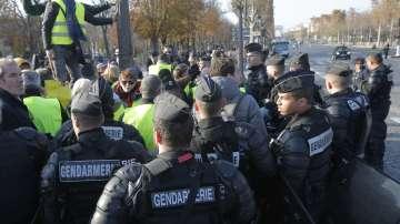 Трети ден протести срещу цените на горивата във Франция