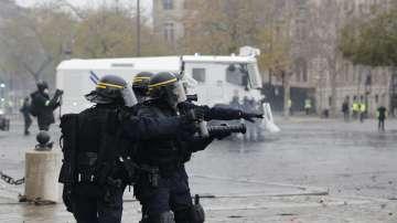 Разполагат 100 000 служители на реда във Франция заради очаквани нови протести