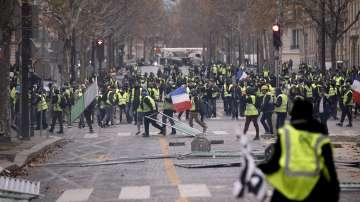 Най-малко 65 ранени и над 140 арестувани при протестите в Париж