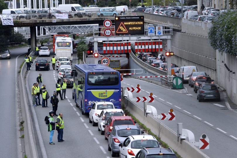 Един човек загина, а 47 бяха ранени при протестите във Франция