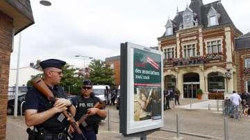 Идентификацията на двамата нападатели във френската църква продължава