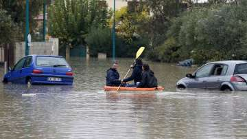 Две жертви и стотици евакуирани след наводнения във Франция
