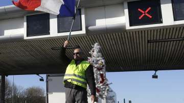 Макрон отстъпи пред протестите на жълтите жилетки