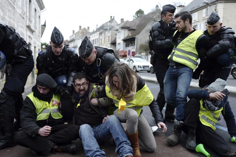 Протести в Европа. За десета поредна събота в Париж е