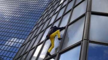 Френският Човек - паяк покори 187-метров небостъргач в Париж