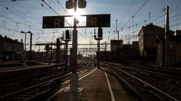 Ще устои ли френското правителство на натиска от железничарските стачки?