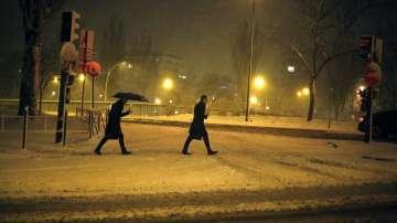 Обилни снеговалежи затрудниха транспорта в Париж и околностите