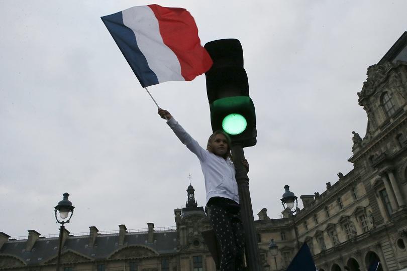 хиляди привърженици макрон празнуват победата лувъра