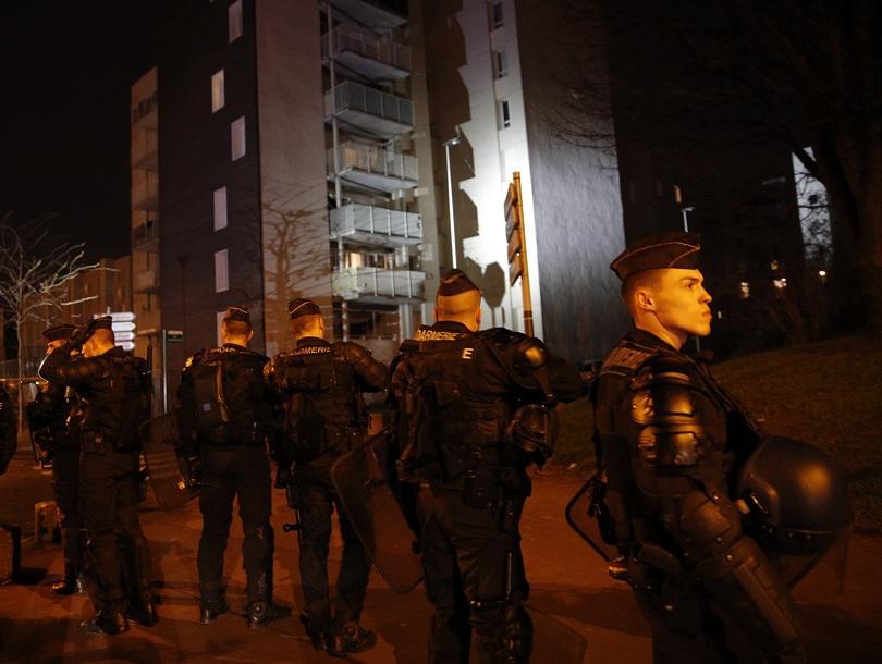 Десет ареста след четвърта нощ на протести и сблъсъци в парижки предградия